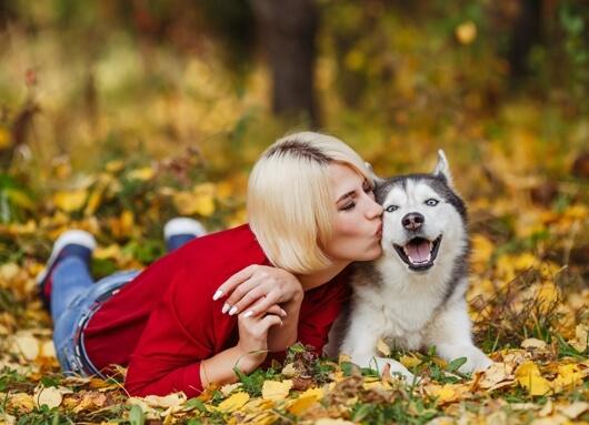 Sweet-dog-mom-kiss